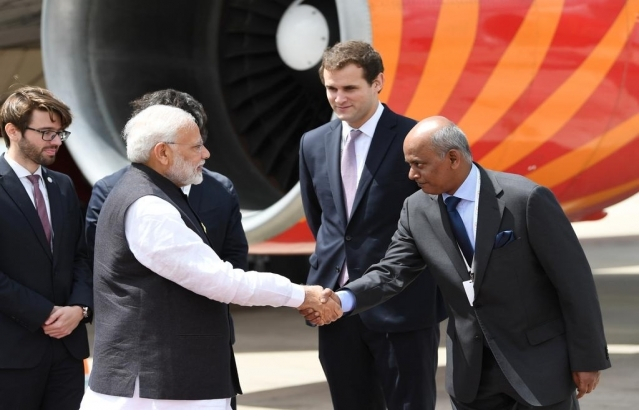 Ambassador Shri Sanjiv Ranjan received Honorable Prime Minister of India, Shri Narendra Modi at Buenos Aires